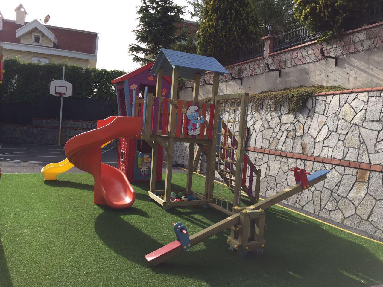 Ahşap ev temalı oyun parkı