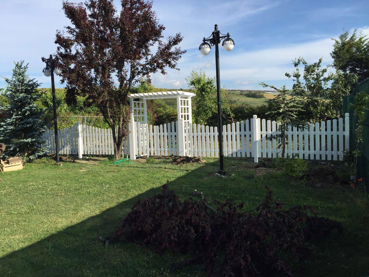 Ahşap kemer çatı beyaz çit kapı